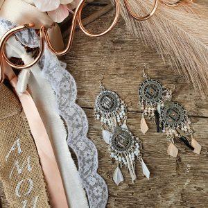 Collection EMMY - CHIC, IMPOSANTE, MAJESTUEUSE ET UNIQUE BOUCLES D 'OREILLES EMMY- BLANC/ NUDE- NOIR- Plumes, perles et tissage - différentes couleurs - Collection EMMY MARIAGE -