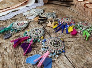 Collection EMMY - CHIC, IMPOSANTE, MAJESTUEUSE ET UNIQUE BOUCLES D 'OREILLES EMMY- Plumes, perles et tissage - différentes couleurs - Collection EMMY MARIAGE -